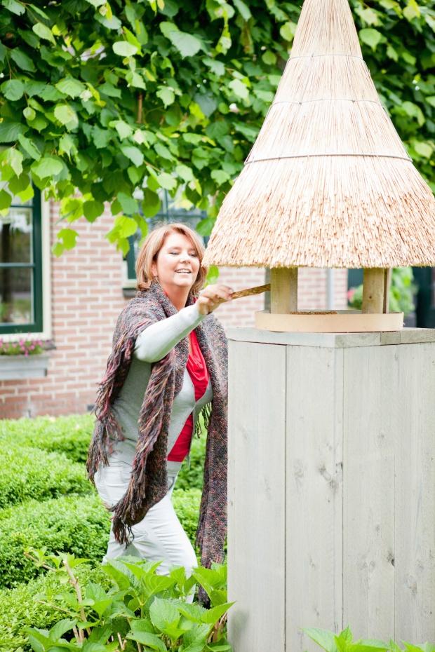 Roodborstjes & pimpelmeesjes zijn een komen en gaan in dit handgemaakte rieten vogelhuisje door een bijzonder familie in Purmerend.