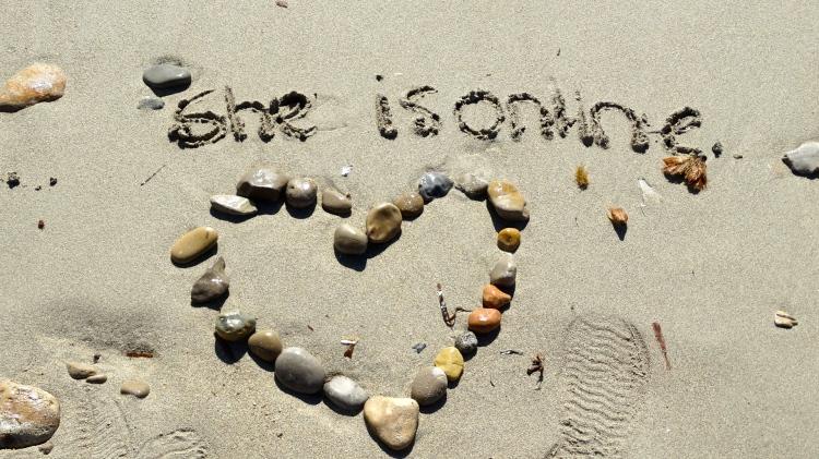 Altijd even laten weten dat ik hier ben geweest door mijn naam in het zand te schrijven met wat steentjes erbij...