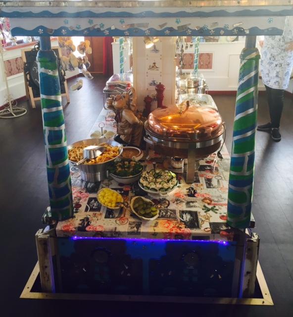 Het buffet komt naar boven vanuit het onderdek..Zo gaaf..!