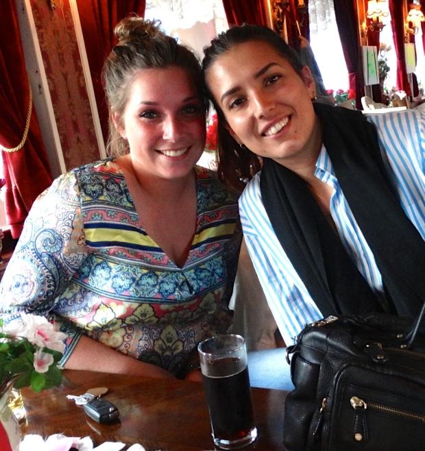 Deze twee prachtige dames al genietend aan een drankje.