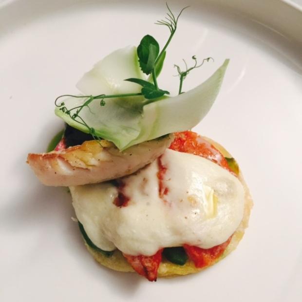Bladerdeeg taartje met tomaat - pesto -Basilicum en een klein stukje vis